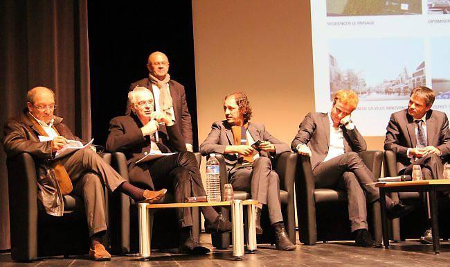 De gauche à droite : Philippe Duron, député-maire de Caen ; François Leclercq ; Djamel Kouche ; Bertrand Schippan ; Rodolphe Thomas, maire d'Hérouville-Saint-Clair. Debout, derrière, François Geindre, commissaire de « Caen les Rencontres »