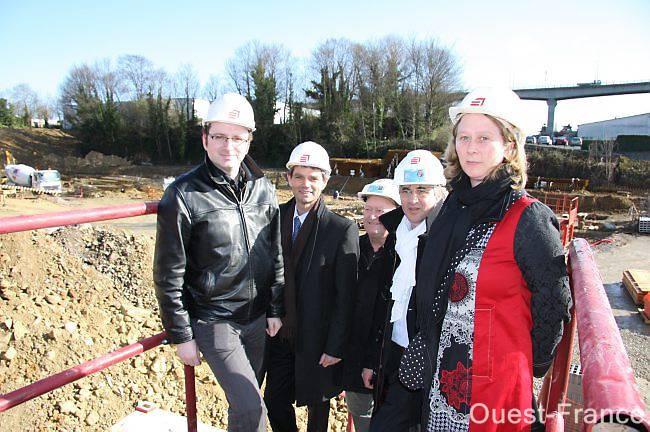 Lors d'une visite de chantier, de gauche à droite, Frédéric Alves, d'Investir immobilier ; Rodolphe Thomas, maire d'Hérouville ; Joël Noyon, conducteur de travaux pour Eiffage construction ; Jean-Pierre Queru, le directeur d'Eiffage et Laëtitia Beck, directrice de l'agence d'Hérouville de Calvados habitat.