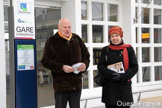 Distribution de tracts pour Odile Lecrosnier et son colistier Guy Château-Jaune.
