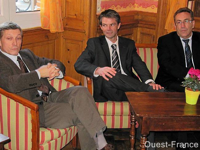 De gauche à droite : Jean Sellier, président de la communauté de communes du Pays de L'Aigle, Rodolphe Thomas, tête de liste Modem et maire d'Hérouville-Saint-Clair, et Thierry Pinot, maire de L'Aigle.